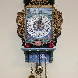 Стенен часовник от месинг и дърво